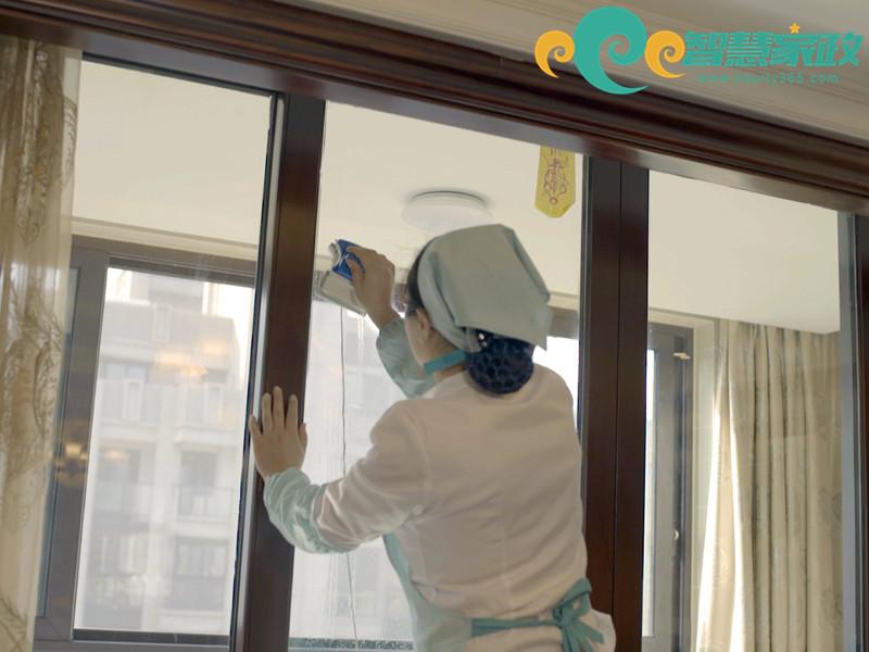 专业无锡保洁公司擦窗服务流程!